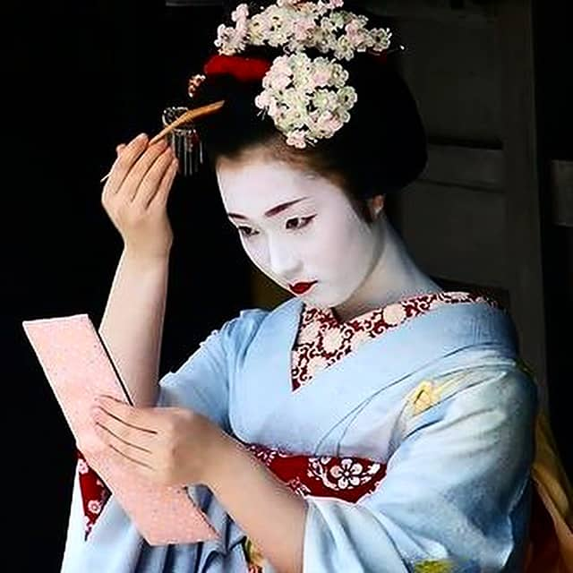 why do geisha paint their face white